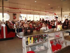 American Diner in Colorado Springs mit Möbel im Stil der 50er Jahre. -- Bild: David Shankbone / wikipedia