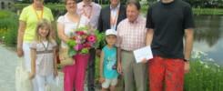 Gartenschau Tirschenreuth hat ihren 50.000 Besucher begrüßt. Im Folgenden finden sie unsere diesbezügliche Meldung und ein Fotomotiv. BU: Katrin Weismeier (mit Blumenstrauß) und Familie mit den Gartenschau-Geschäftsführern Eva Linder und Franz Häring sowie Stadtoberhaupt Franz Stahl (2. Reihe v.l.) -- Bild: Gartenschau Tirschenreuth