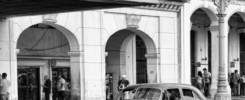 Bunte amerikanische Autos vor kolonialer Kulisse, das ist das Markenzeichen von Havannas. -- Bild: wikipedia.org / Christopher Michel