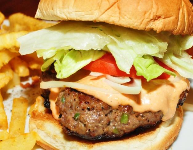 Cheddar Bacon Hamburgers -- Bild: wikimedia.org / jeffreyw
