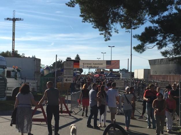 Eingang zum Deutsch-Amerikanischen Volksfest Grafenwöhr 2016 -- Bild: volksfest-grafenwoehr.de