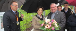Ein blumiger Willkommensgruß für Ministerin Müller von Roland Albert (r.) und Franz Stahl (l.) -- Bild: Gartenschau Tirschenreuth