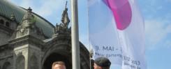 """Tirschenreuths Erster Bürgermeister Franz Stahl beim Hissen der Gartenschau-Fahne vor dem Nürnberger Hauptbahnhof"""". © Gartenschau Tirschenreuth"""