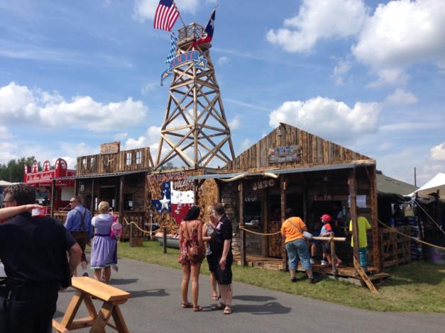"""Der """"Broken Spoken Saloon"""" mit dem """"Burger Barn"""" des JMTC. -- Bild: volksfest-grafenwoehr.de"""