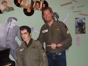 Elvis-Künstler Ron Glaser checkt schon mal die Location und stattet Elvis im Kultur- und Militärmuseum Grafenwöhr einen Besuch ab. -- Bild: Kultur- und Militärmuseum Grafenwöhr