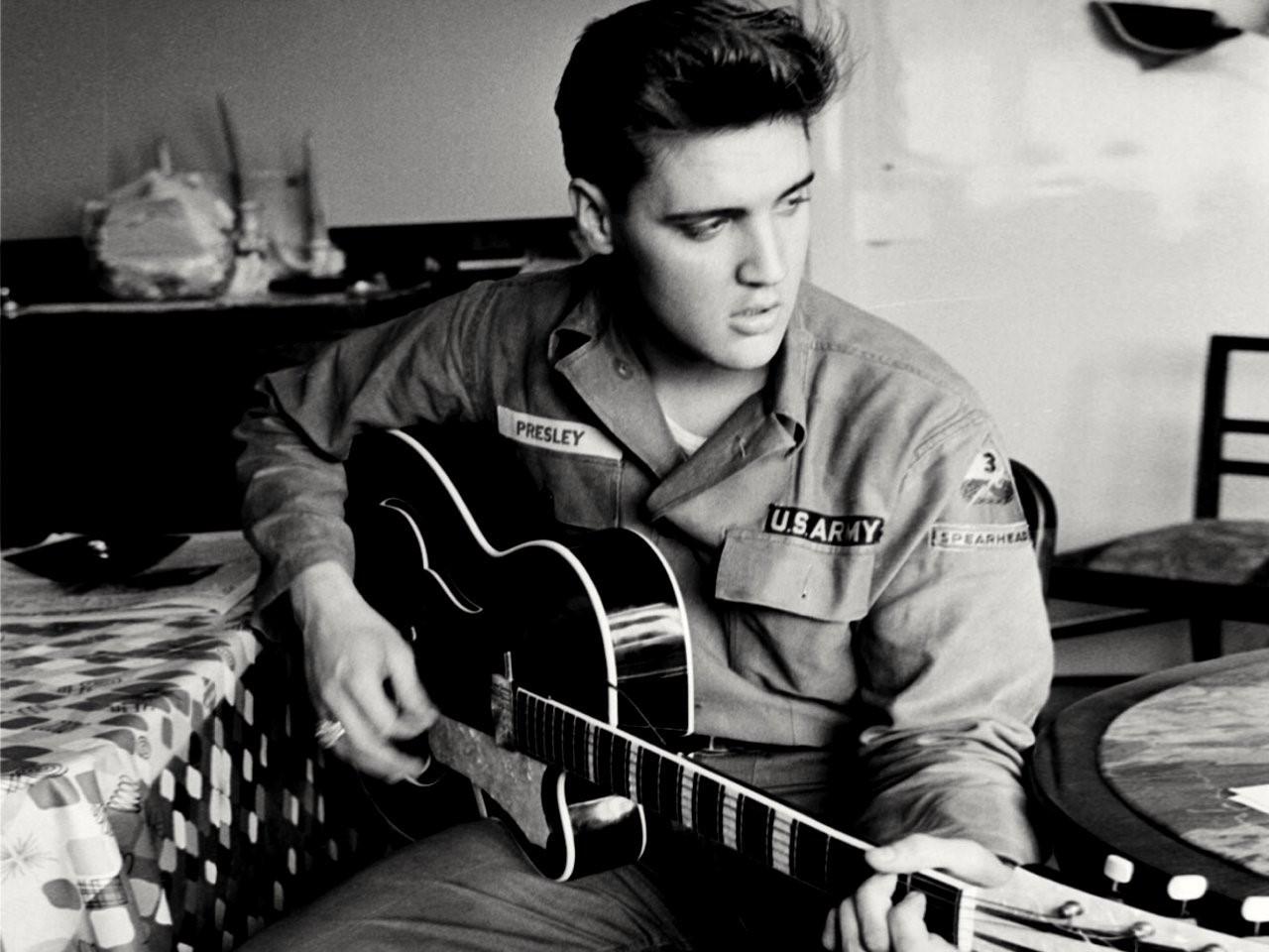 Der König des Rock 'n' klimpert auf der Gitarre und singt. Bild: U.S. National Archive
