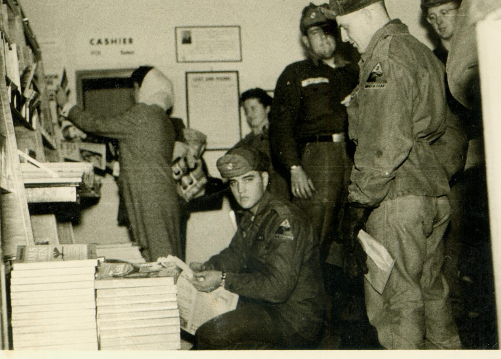 """Elvis Presley im """"Bookstore"""" in den Tower Barracks auf dem Truppenübungsplatz Grafenwöhr.  — Bild: Kultur- und Militärmuseum Grafenwöhr"""