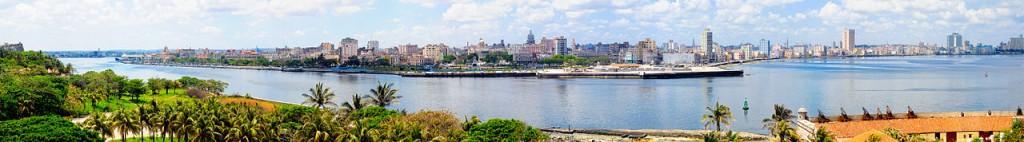 Ein Panorama von Havanna, der Malecon und der Bucht von Havanna aufgenommen vom Castillo de los Tres Reyes del Morro. -- Bild: wikipedia.org/Kriki