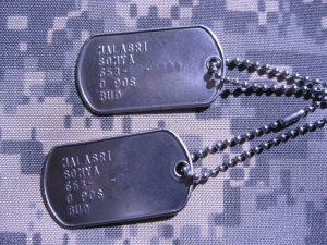 Dog-Tag der US-Armee mit Vorname und Nachname, der Sozialversicherungsnummer, der Blutgruppe und Konfesion. Bild: wikipedia.org/dog-tag.de