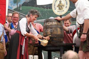 Im Jahr 2014 benötigte Oberbürgermeisterin Brigitte Merk-Erbe nur zwei Schläge für den Bieranstich auf dem Bayreuther Volksfest. — Bild: Oliver Dannhäuser (Bayreuth)