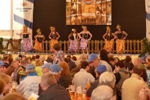Die Tanzgruppe 'Asian Pacific Heritage' aus Hawaii tritt regelmäßig auf dem Deutsch-Amerikanischen Volksfest Hohenfels auf. -- Bild: USAG Bavaria, Hohenfels / Norbert Wittl